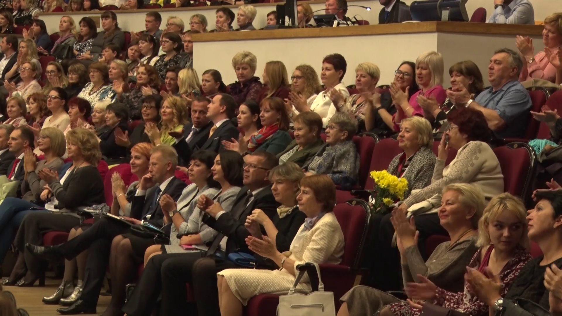 Дмитрий Миронов поздравил лучших педагогов Ярославской области с профессиональным праздником