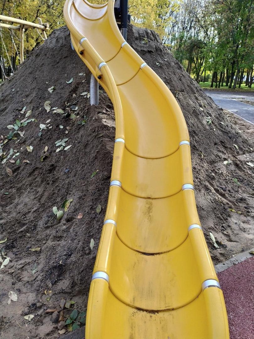 В мэрии пообещали переделать суровую горку из грязи в Юбилейном парке после жалоб в соцсетях