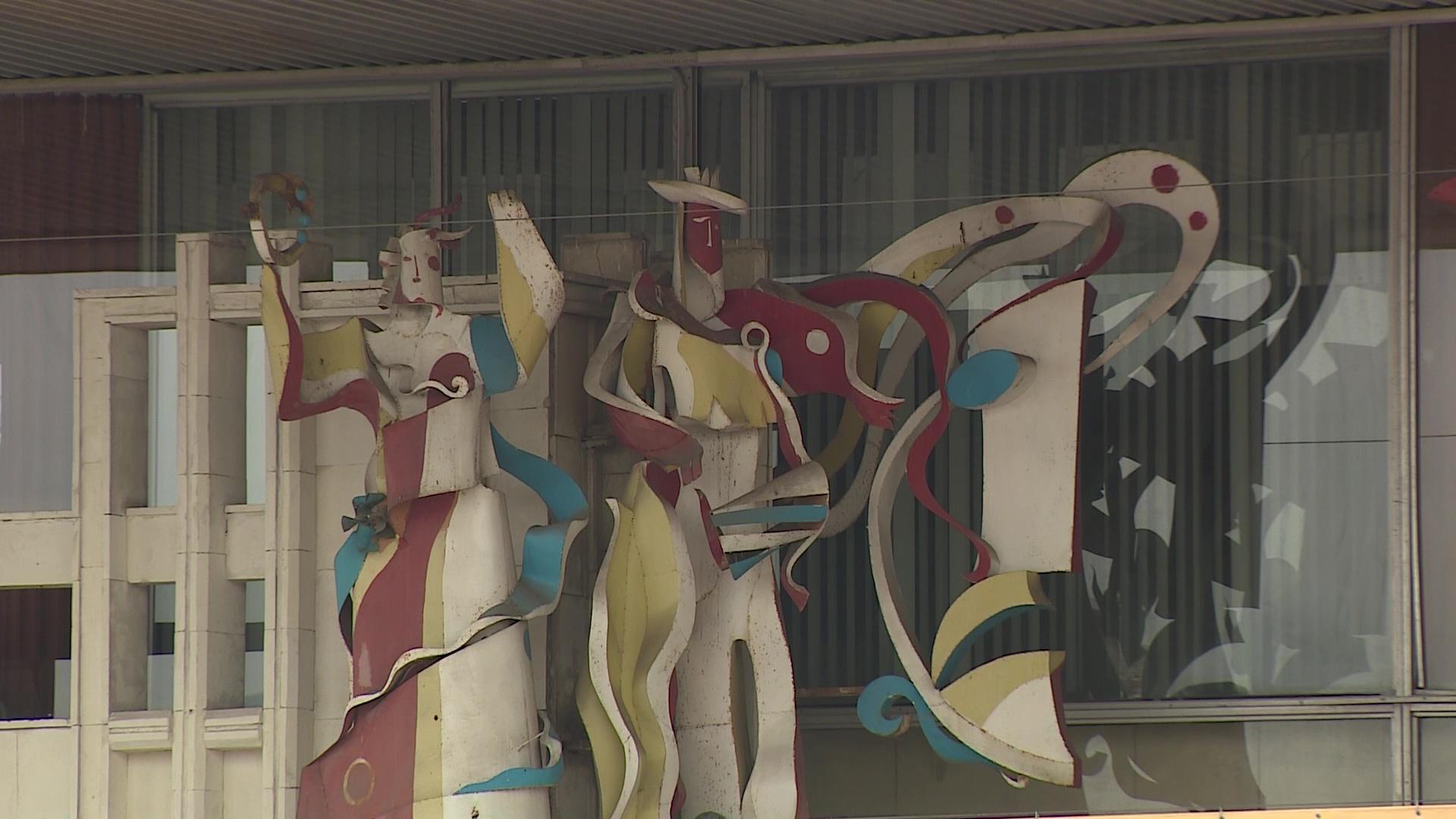 На фасаде ТЮЗа из-под рекламных растяжек показались разноцветные статуи