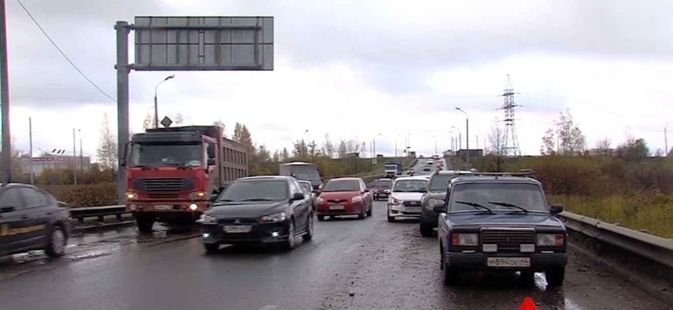 На Суринском путепроводе водители вновь пробивают колеса