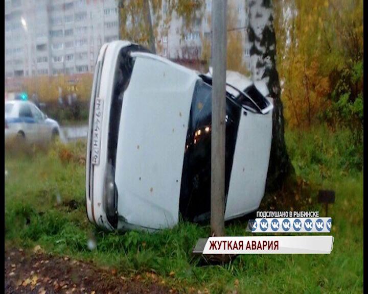 В Рыбинске седан перевернулся и улетел в дерево