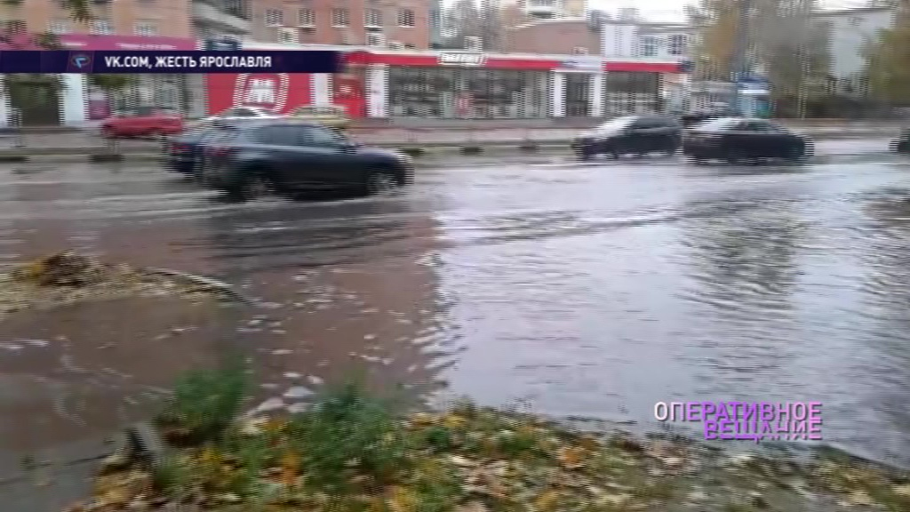 Проспект Толбухина ушел под воду из-за забившейся листвой ливневки