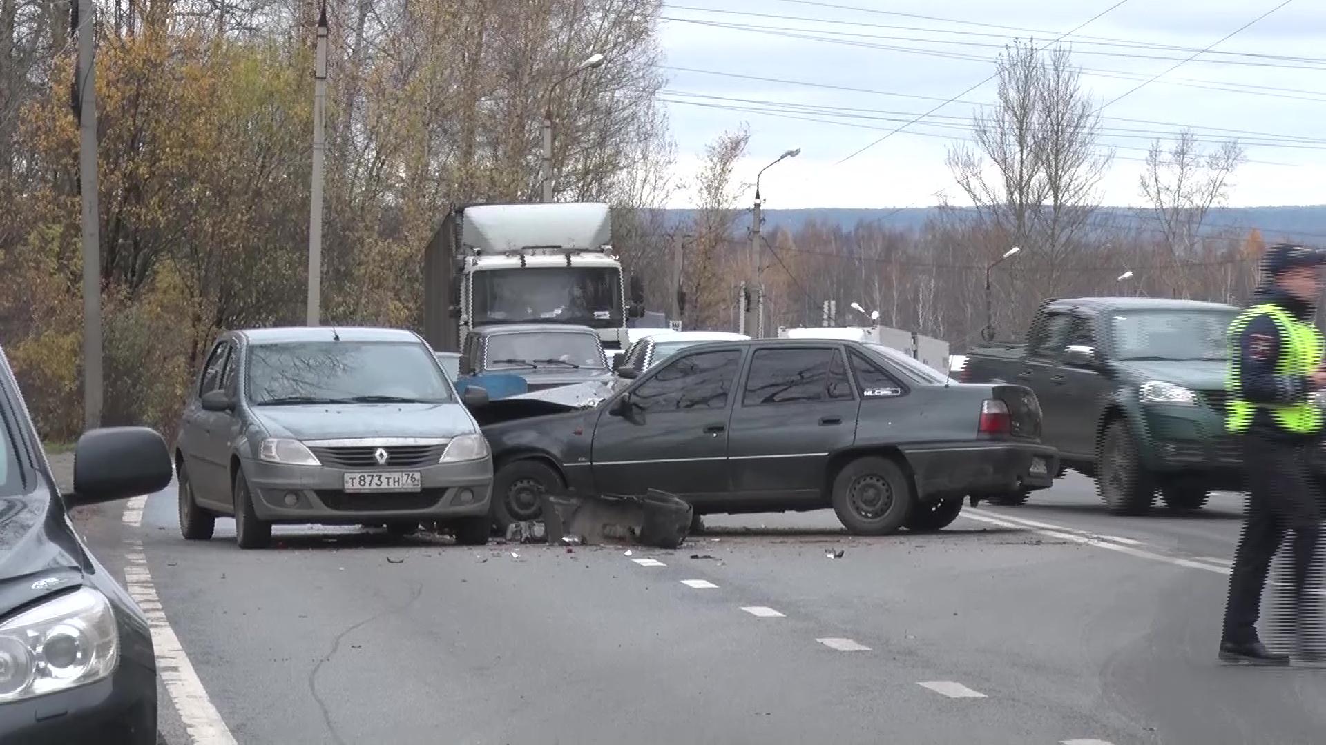 Оторвало колеса и прицеп: на ЮЗОД жестко столкнулись две легковушки