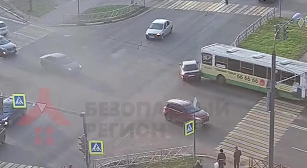 На Горвалу рейсовый автобус протаранил легковушку