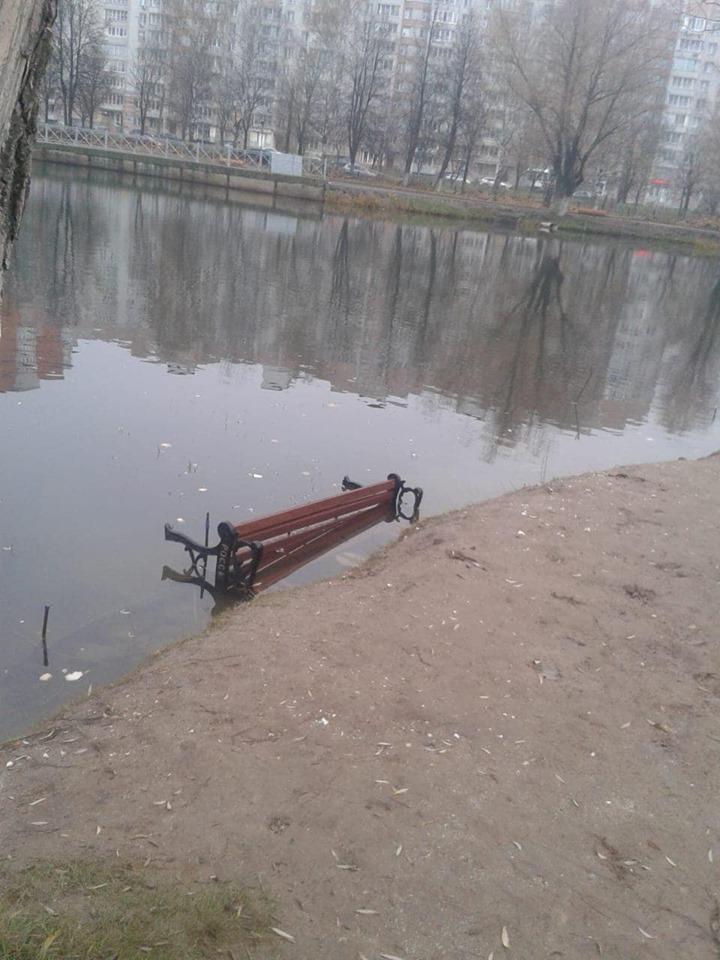 Вандалы утопили лавочки в парке 30-летия Победы