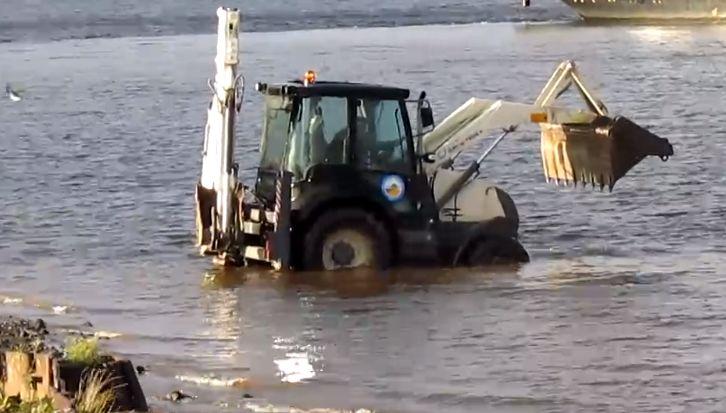 В Тутаеве трактор решил принять ванну прямо в Волге