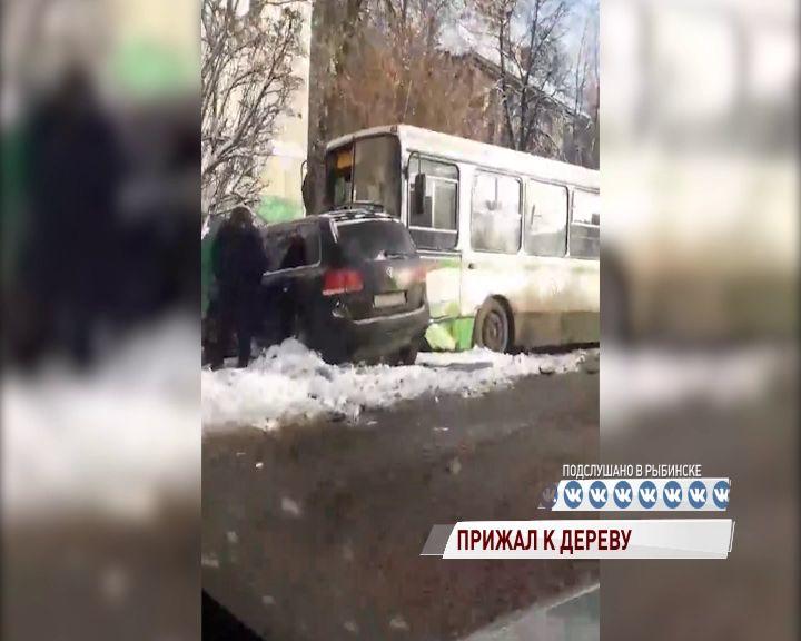 В Рыбинске автобус прижал к дереву внедорожник