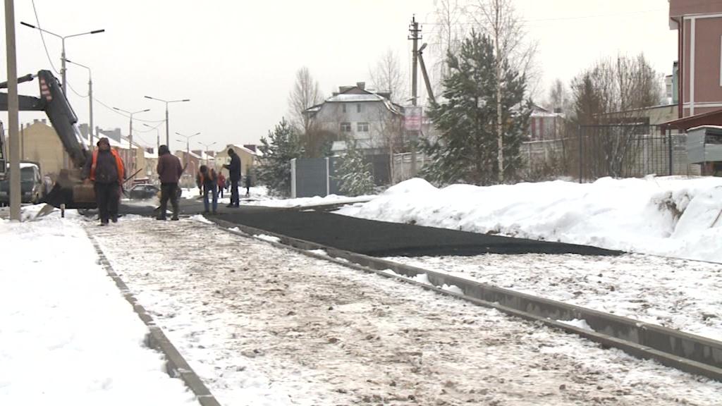 Главный инженер компании-подрядчика пояснил, почему асфальт на Красноборской укладывали в снег