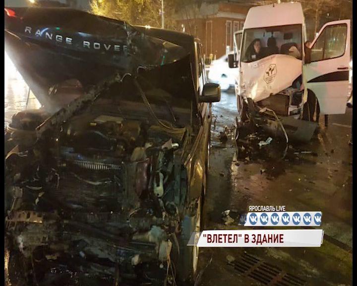 В Ярославле «Рендж Ровер» вылетел на тротуар и врезался в аптеку: есть пострадавшие