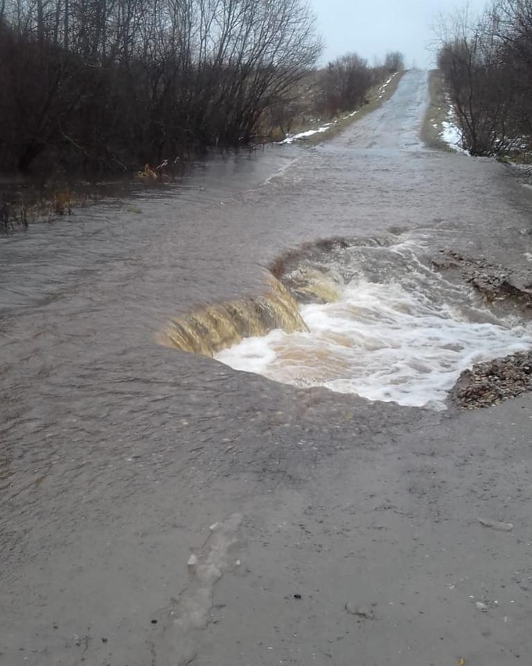 Из-за непогоды в Ярославской области подтопило дорогу: организовано круглосуточное дежурство