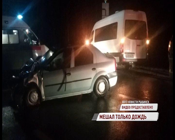 В Рыбинске столкнулись легковушка и микроавтобус: есть пострадавший