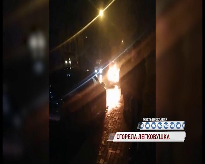На Республиканской пламя едва не уничтожило машину