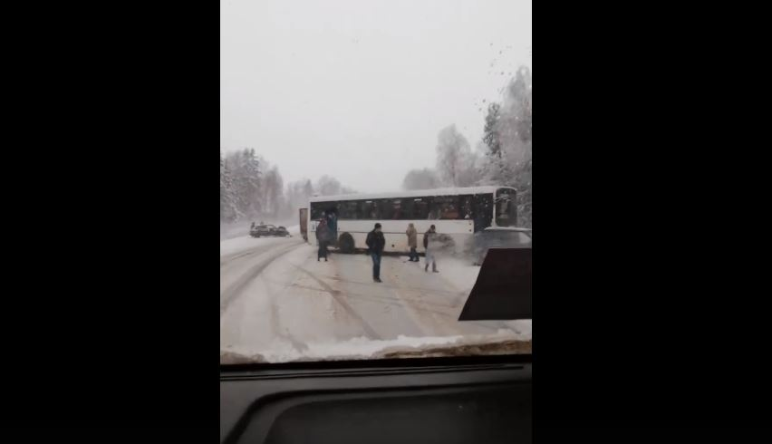 В тройное ДТП на трассе Ярославль-Рыбинск угодил автобус с пассажирами