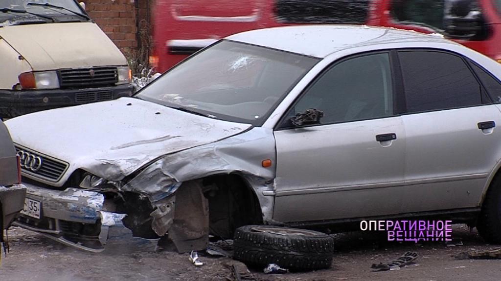 От удара оторвало колесо: в Ярославле столкнулись автобус и легковушка