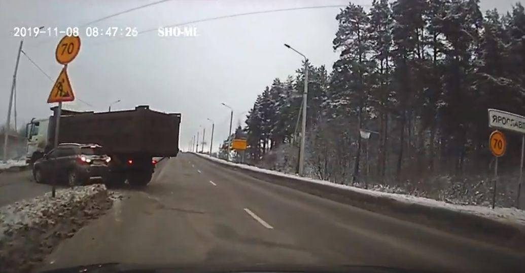 Утащил за собой на развороте: в Ярославле грузовик снес легковушку