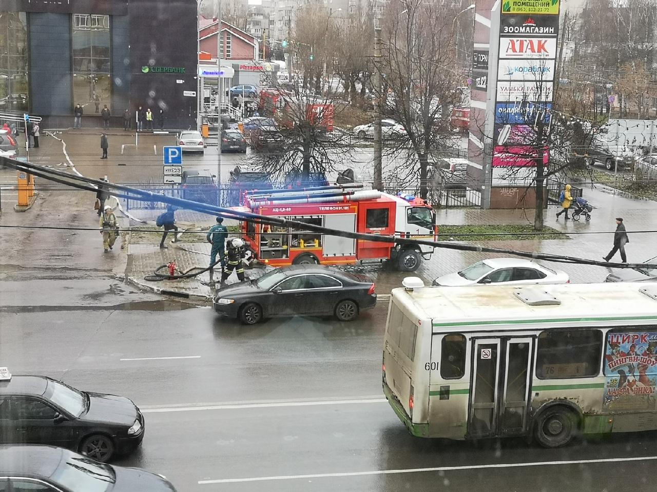 Вой сирен и пожарные машины: в Ярославле эвакуировали посетителей из ТЦ