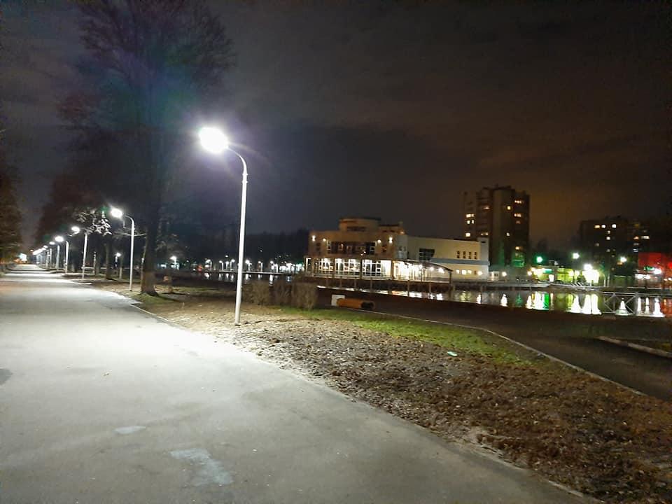 В парке 30-летия Победы появилось долгожданное освещение