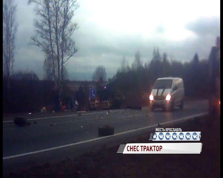 Под Гаврилов-Ямом фура снесла трактор дорожной службы