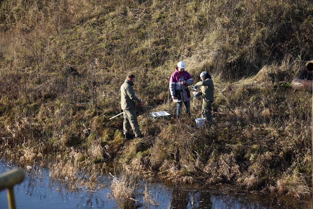 Новый мобильный экокомплекс использовали при проверке реки рядом с НПЗ имени Менделеева