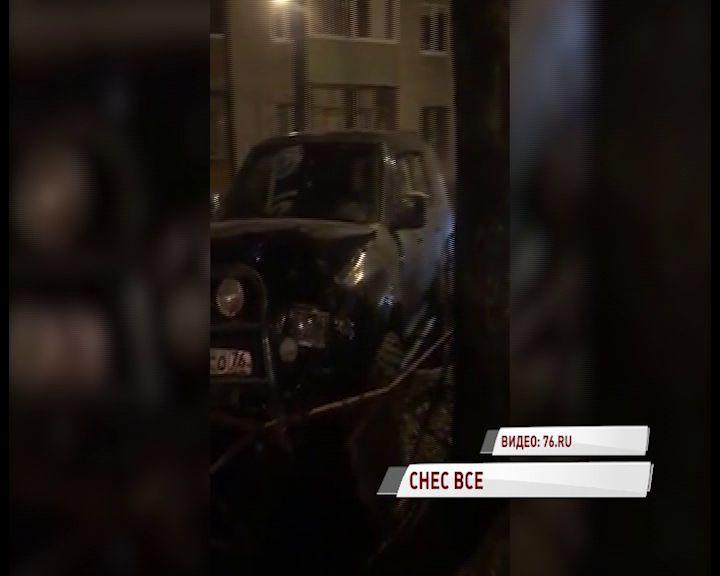 На Пятерке водитель устроил гонки вблизи школы, а затем врезался в забор