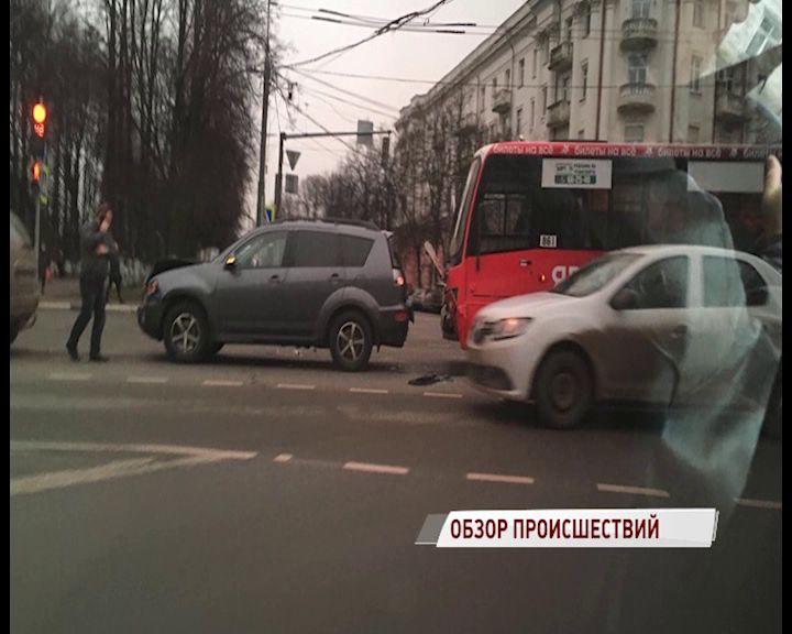 В Ярославле дорогу не поделили маршрутка и машина
