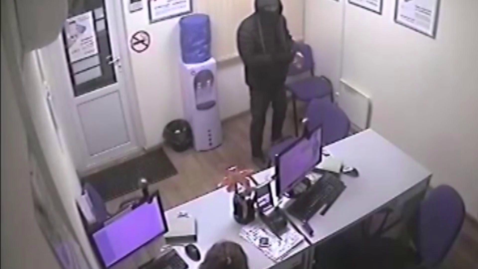 В Ярославской области мужчина грабил офисы микрозаймов и магазины с игрушечным пистолетом в руках