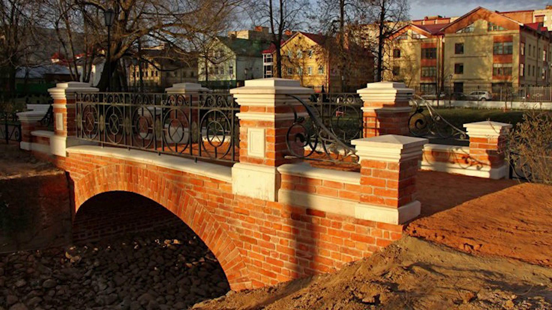 В Карякинском саду Рыбинска завершилась реставрация старинного мостика