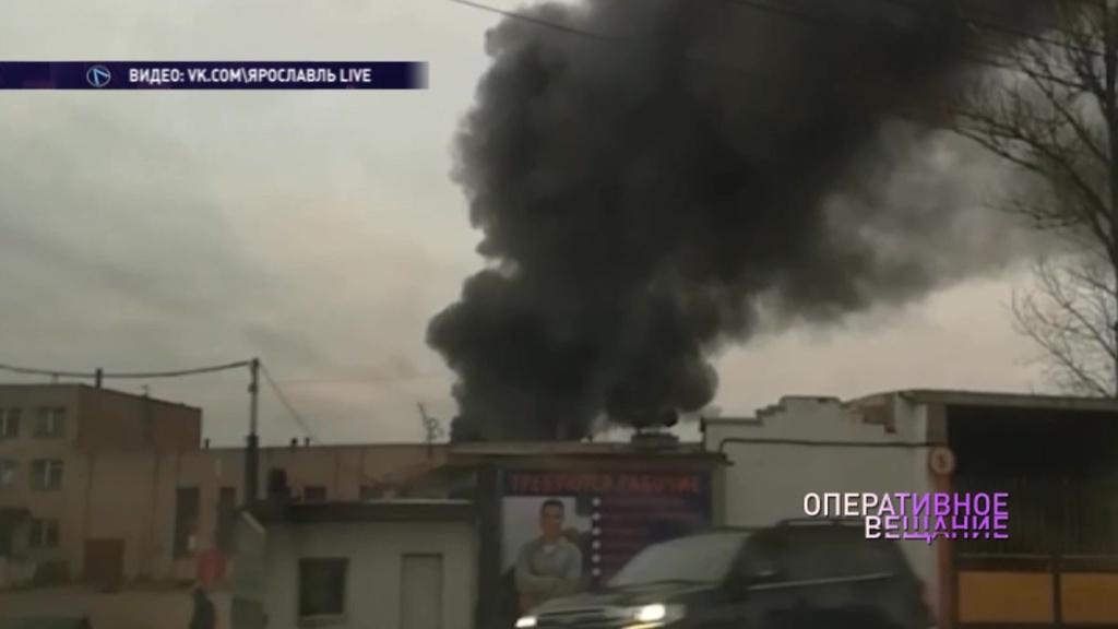 На территории предприятия в Ярославле загорелась бочка с нефтепродуктами