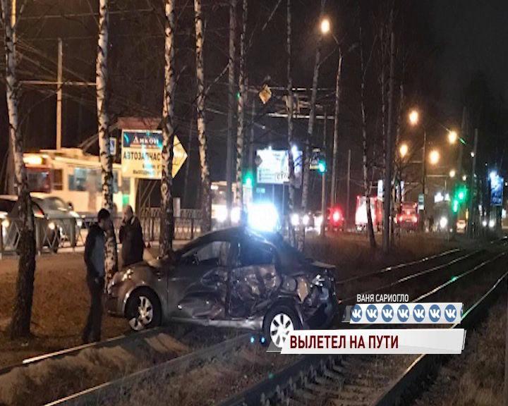 В Ярославле легковушка столкнулась с маршруткой и вылетела на трамвайные пути