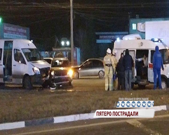 У ТРЦ на Тутаевском шоссе столкнулись легковушка и маршрутка: пострадали два ребенка