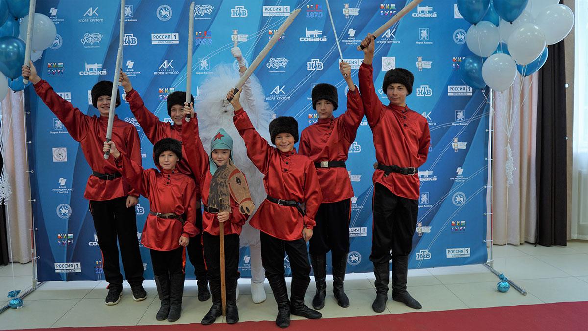 Посол фестиваля «Добрая волна» подарила большой семье из Рыбинска сертификат на казачьи сапожки