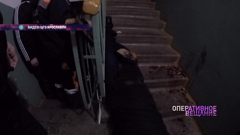 Спасатели вызволили застрявшего между перилами ярославца