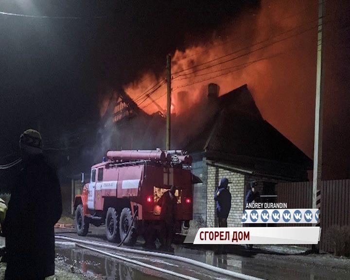 В Некрасовском пожарные боролись с огнем четыре часа: дом выгорел