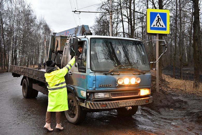 Волонтеры помогают автовладельцам ориентироваться в объездных путях на Тутаевском шоссе