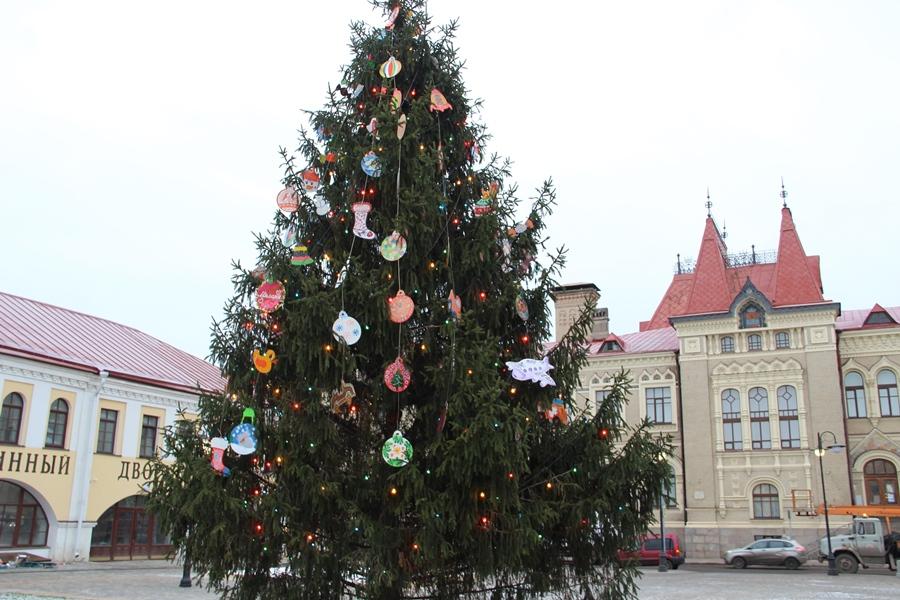 Главную елку Рыбинска украсили особыми игрушками