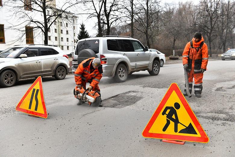 В Ярославле продолжают заделывать ямы на дорогах
