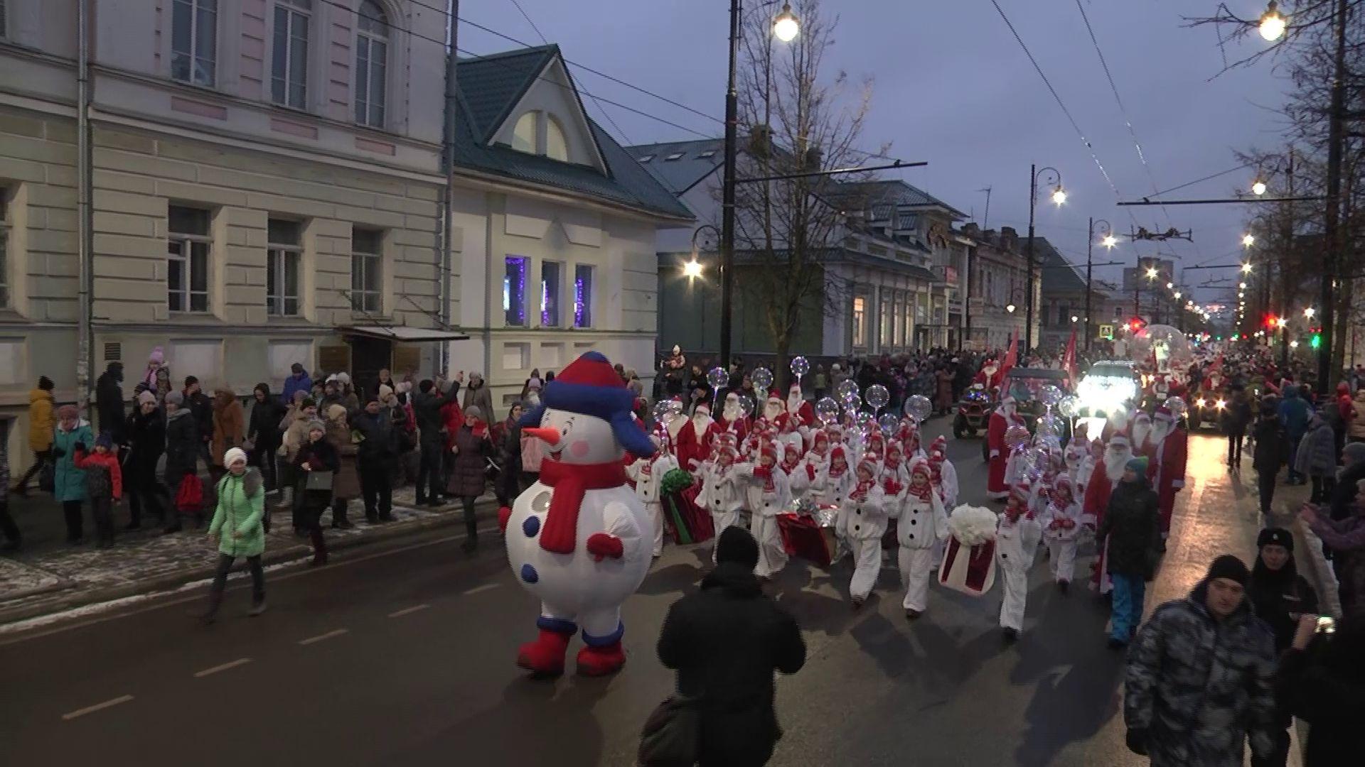 По Рыбинску прошли 2020 Дедов Морозов: самые яркие моменты «НаШествия»