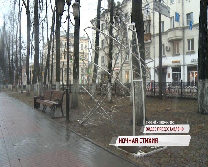 На Первомайском бульваре от ветра рухнула новогодняя елка
