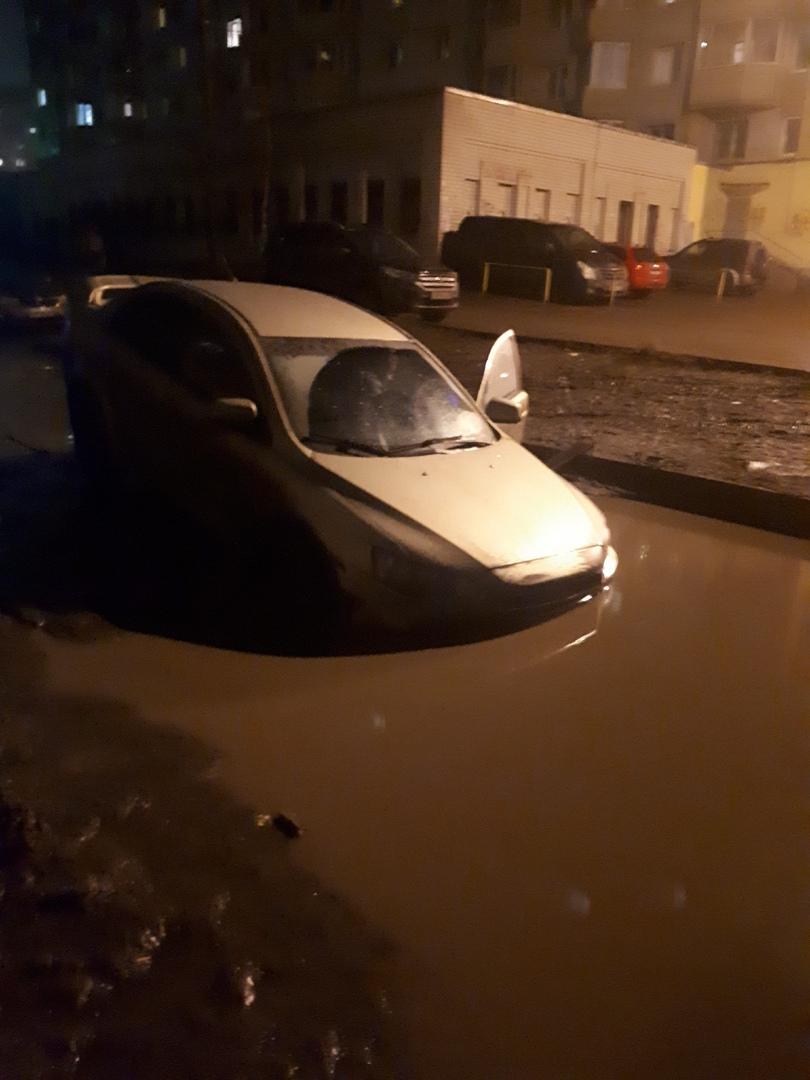 В Брагине в огромных лужах едва не утонули три авто