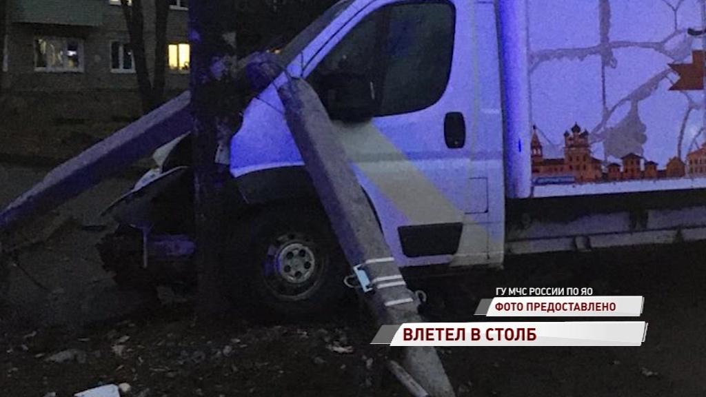 В Угличе грузовик сбил столб и влетел в дерево