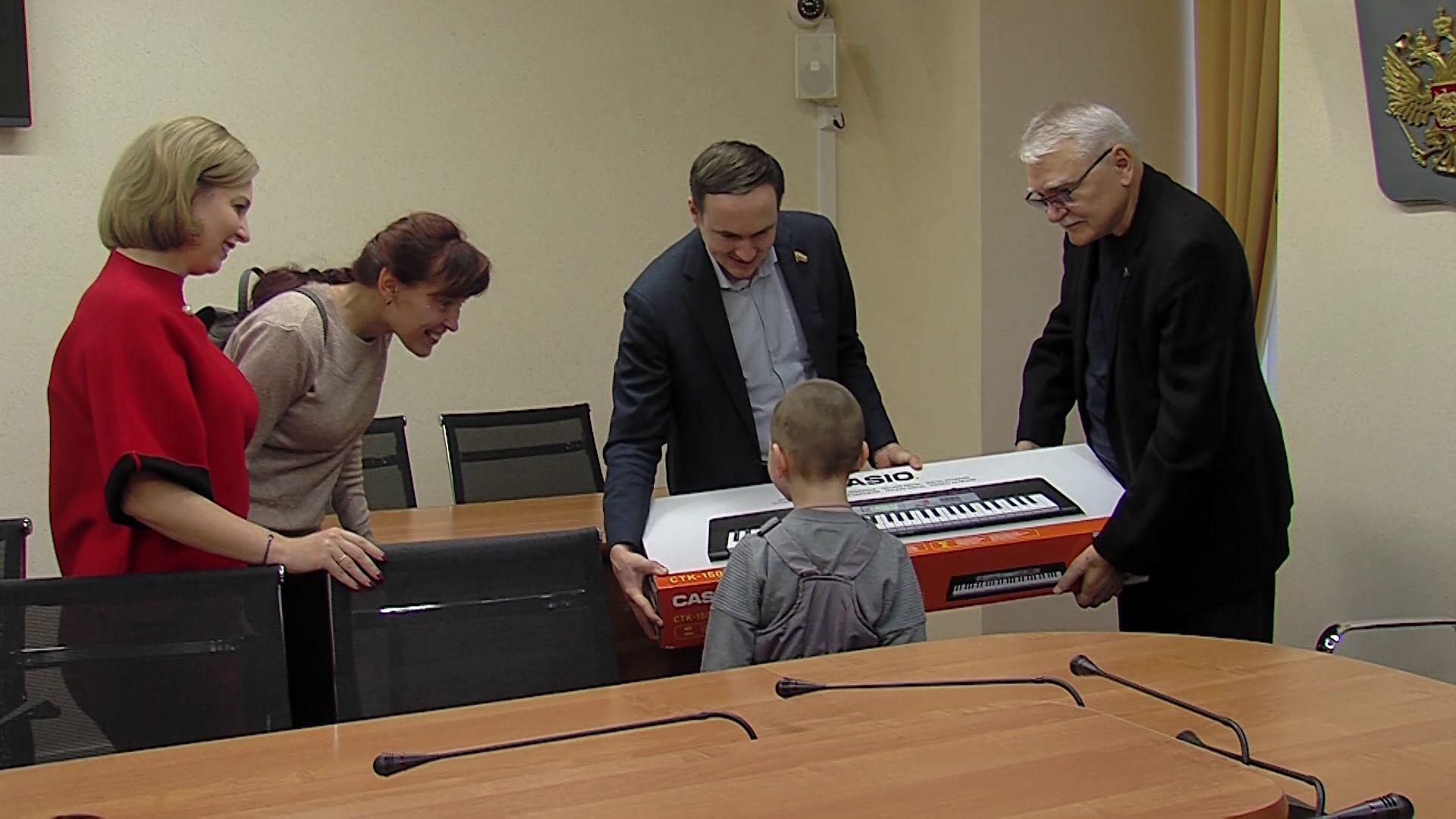 «Елка желаний»: ярославские депутаты исполнили мечты детей