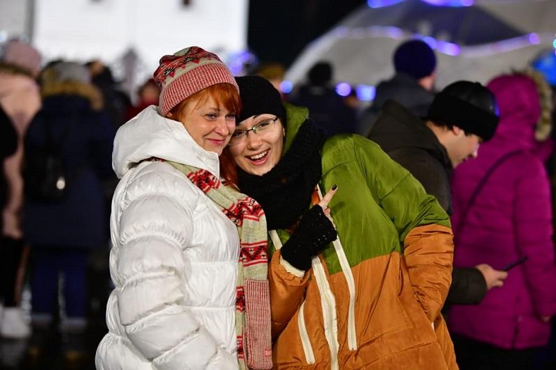 Тысячи людей встретили Новый год на Советской площади Ярославля- ФОТО