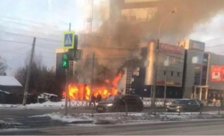 Рядом с торговым центром Заволгой загорелся дом