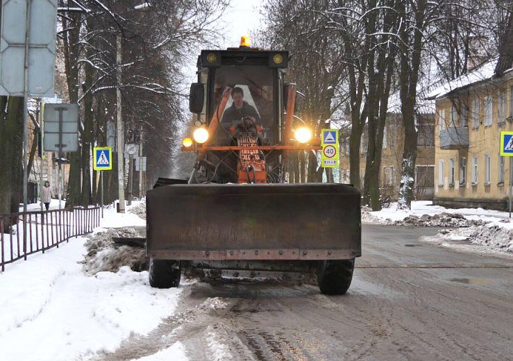 50 машин и 100 рабочих очищали город от снега минувшей ночью