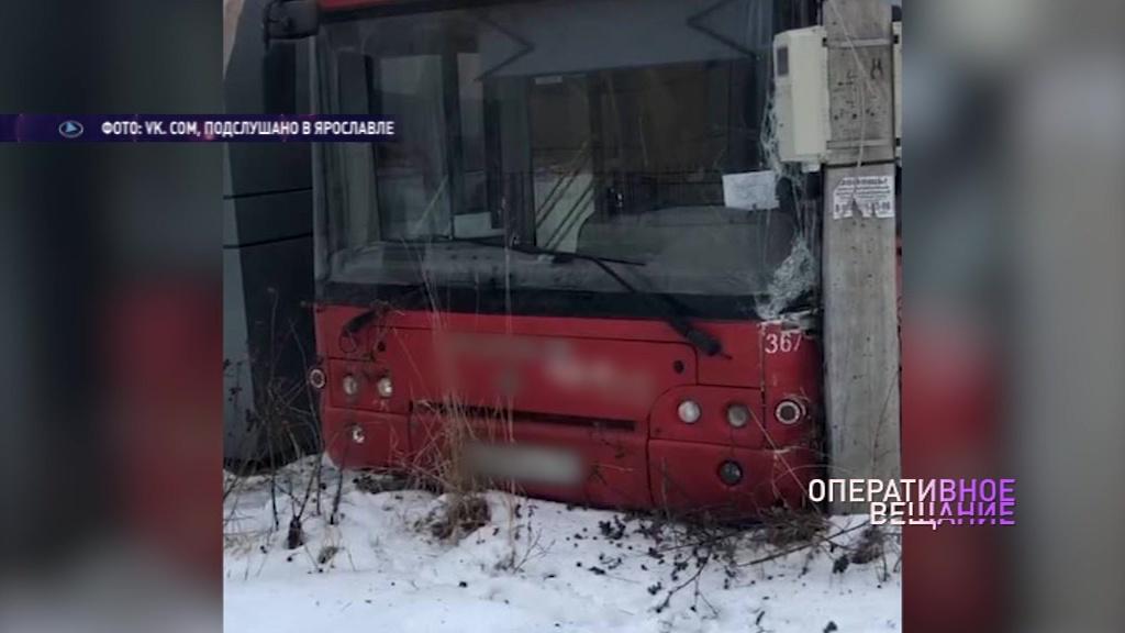 В Ярославле пассажирский автобус застрял между столбом и киоском