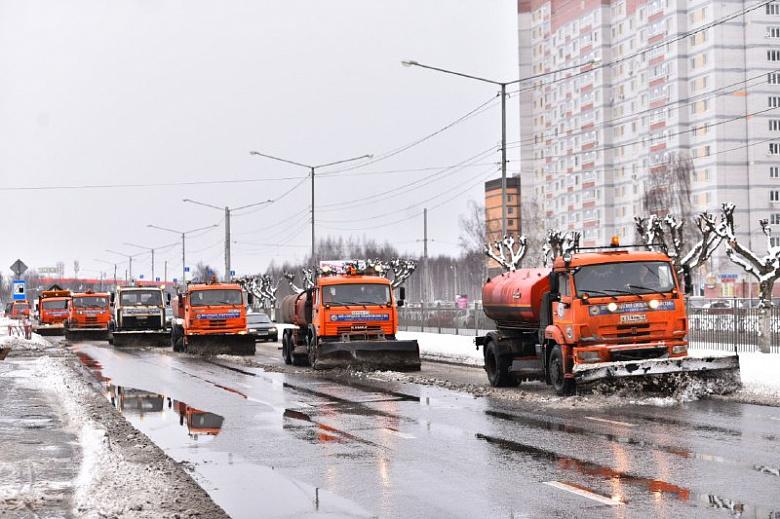 На уборку Ярославля после снегопада вышли 250 спецмашин
