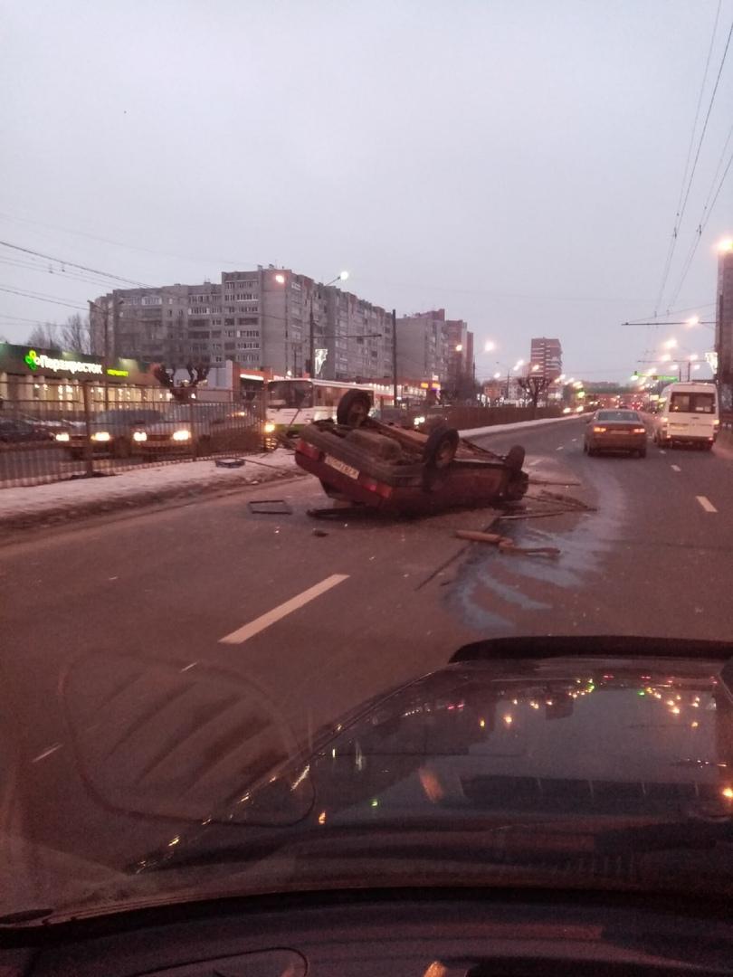 На Московском проспекте в Ярославле перевернулась «Лада»