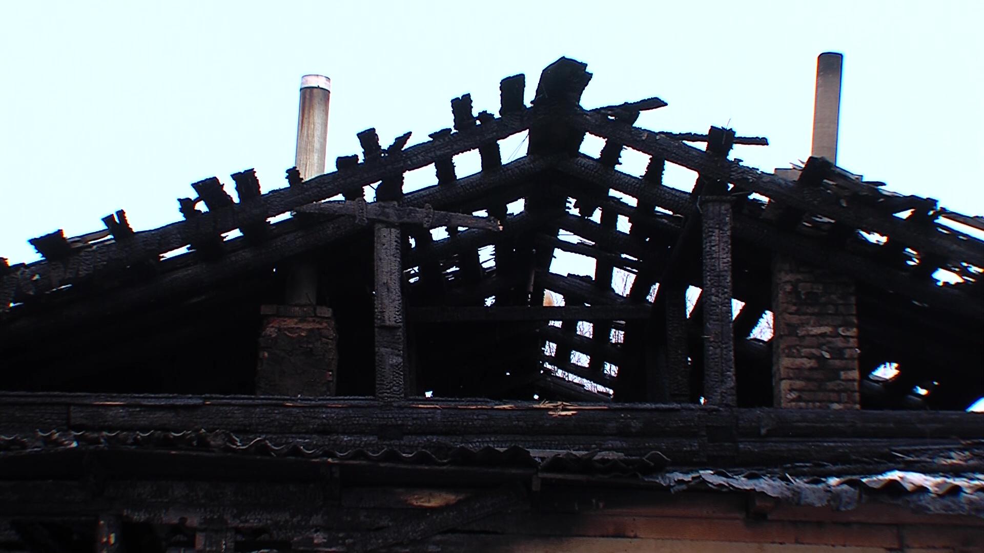 На окраине Ярославля сгорел дом на три семьи: люди остались без крыши над головой