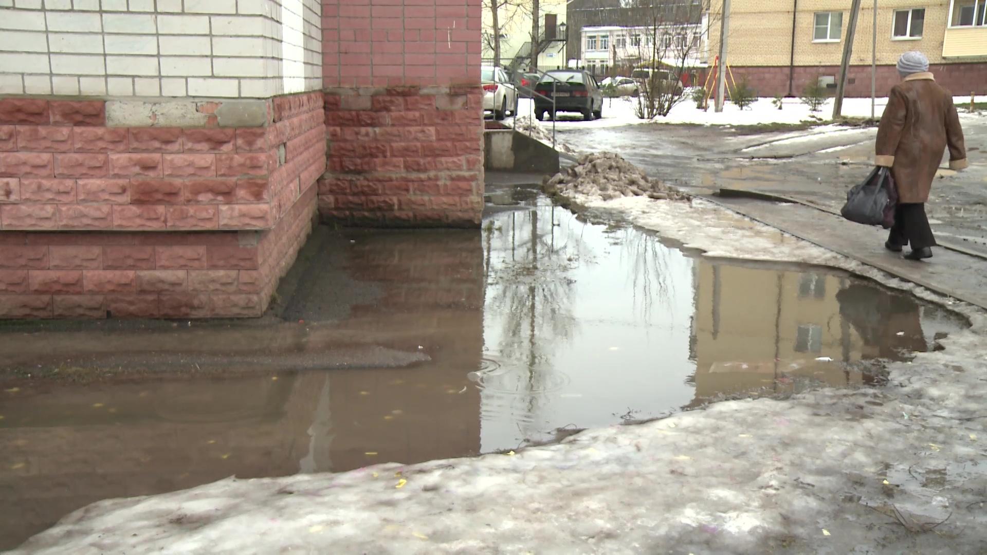 В Брагине из-под снега пробился зловонный ручей из канализации
