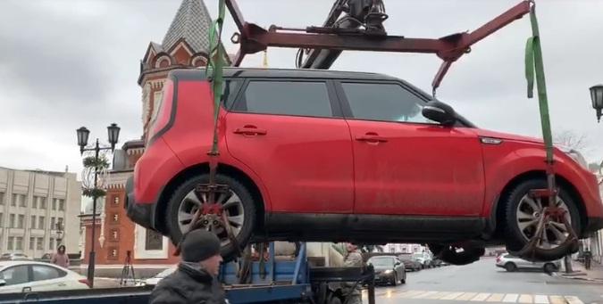 В центре Ярославля искали нарушителей парковки: сколько машин эвакуировали
